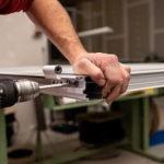 arreglar bisagra de puerta aluminio